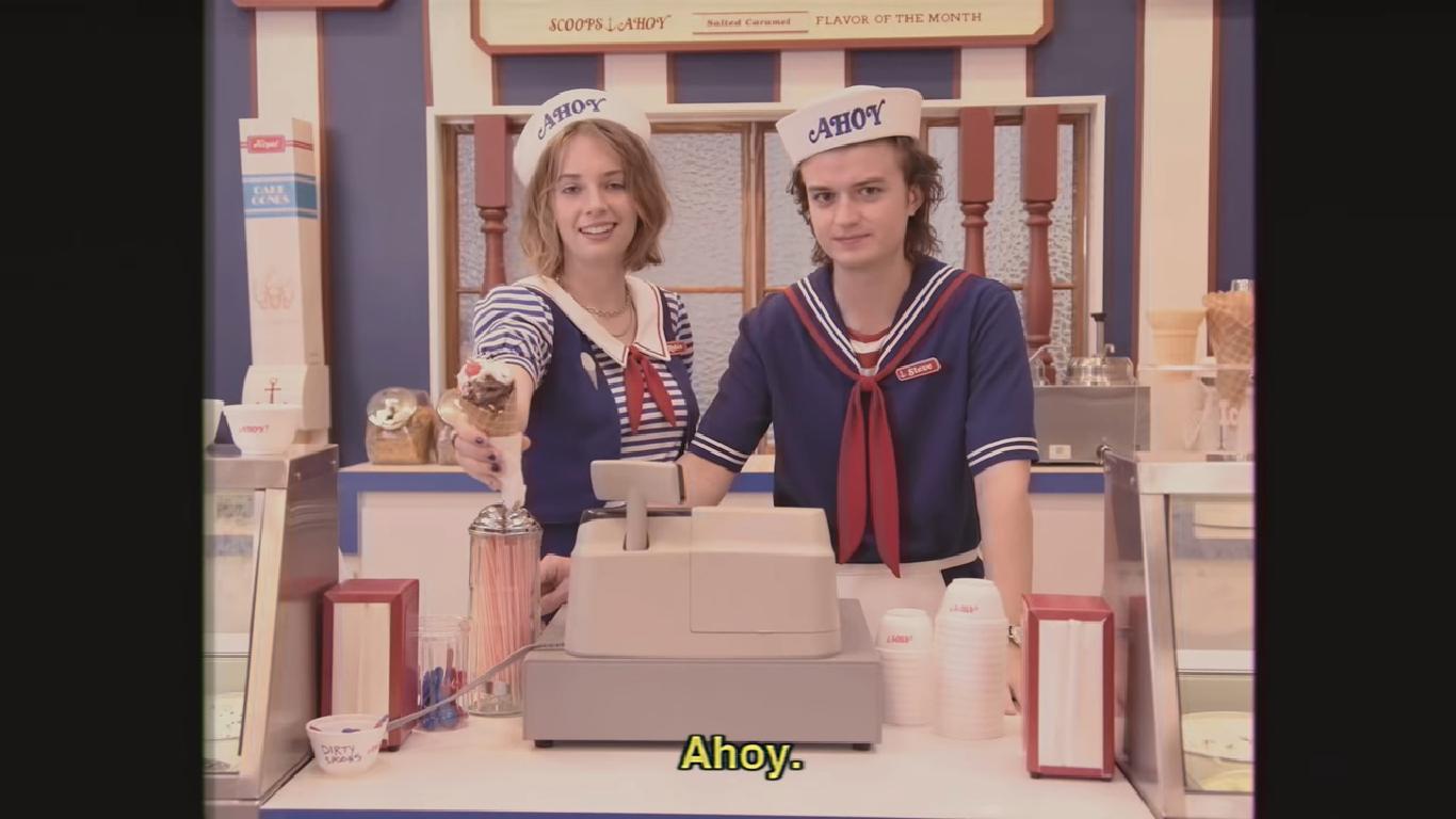 Joe Keery y Maya Hawke en la promo de Stranger Things // Netflix España