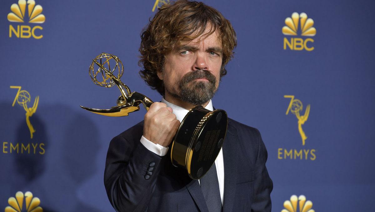 Peter Dinklae con su Emmy como mejor actor de una serie de drama // Zerchoo