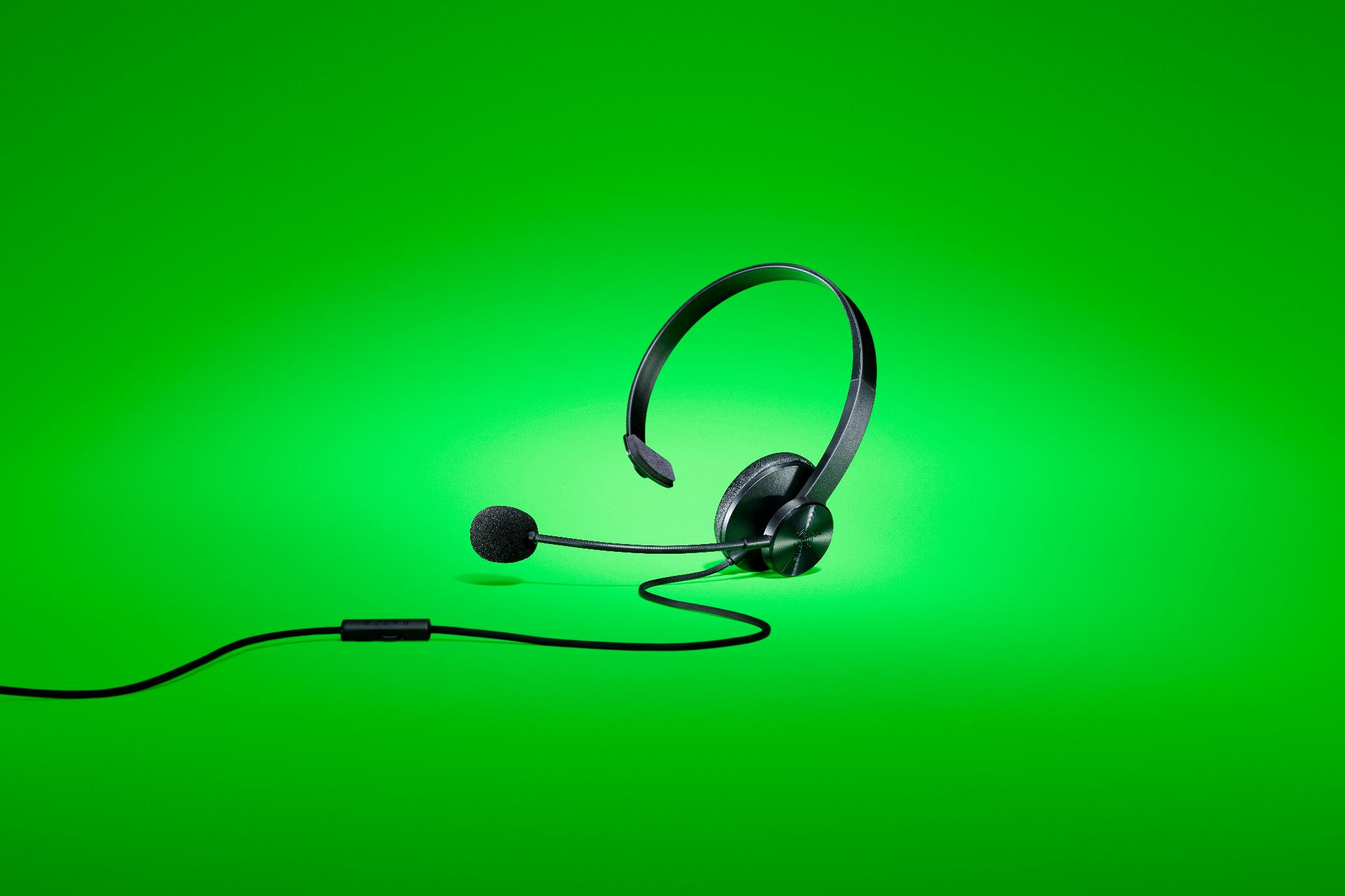 Así son los Razer Tetra, el último auricular para chat de Razer.